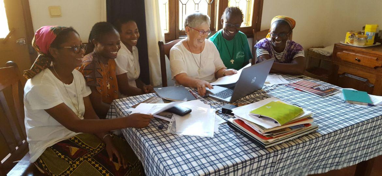 spiritaines Sr Maria José Arandia animant une session d'Économes avec les jeunes soeurs au Mozambique